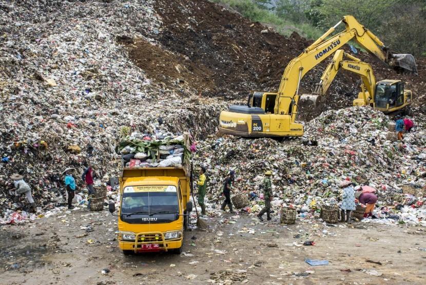 Pemulung mengumpulkan sampah di Tempat Pembuangan Akhir (TPA) Cikundul, Sukabumi, Jawa Barat.