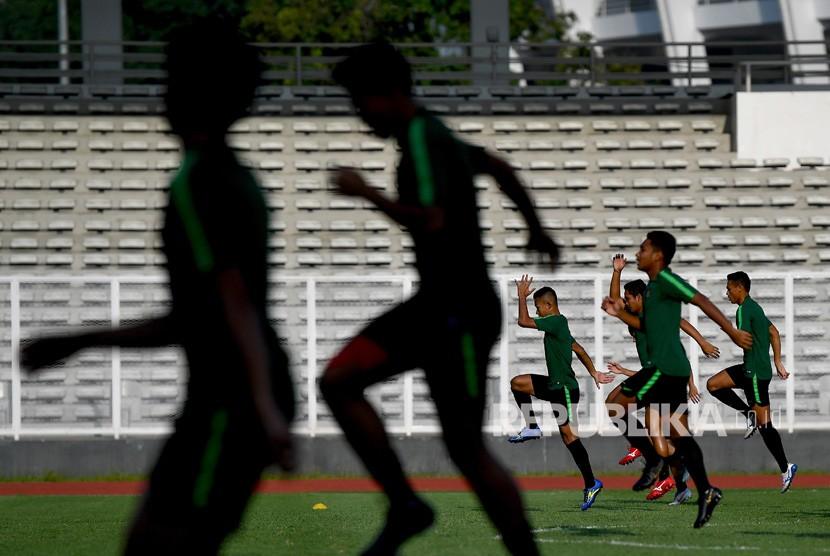 Pemusatan Latihan Timnas U-23. Pemain Timnas Indonesia U-23 melakukan pemanasan saat pemusatan latihan di Stadion Madya, Kompleks Gelora Bung Karno, Senayan, Jakarta, Senin (4/3/2019).