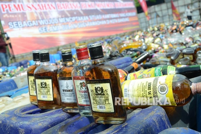 Pemusnahan Minol: Bermacam minuman beralkohol (Minol) pada pemusnahan minol oleh Polrestabes Bandung, di pelataran bekas Gedung Palaguna, Jl Asia Afrika, Kota Bandung, Jumat (3/6).
