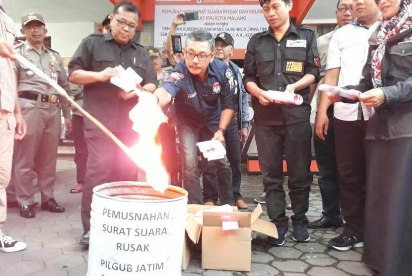 Pemusnahan surat suara rusak dan sisa untuk Pilgub Jatim dan Pilwali Kota Malang 2018 di KPU Kota Malang, Selasa sore (26/6).