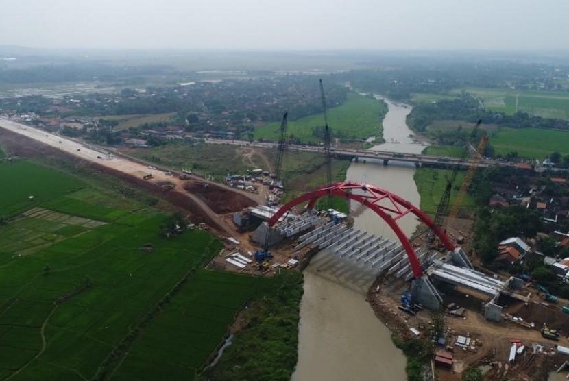 Penampakan pembangunan jembatan Kalikuto yang menghubungkan tol fungsional ruas Pejagan, Pemalang, dan Batang, Semarang, Ahad (10/6).