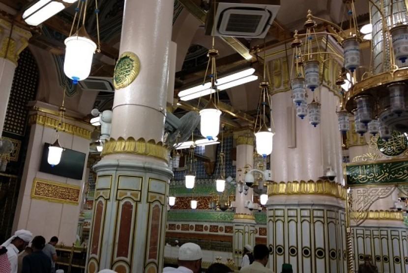 Penampakan Pilar Aisyah yang terletak di tengah-tengah area Raudhah. Titik itu disebut kerap dijadikan lokasi shalat sunnah Rasulullah.