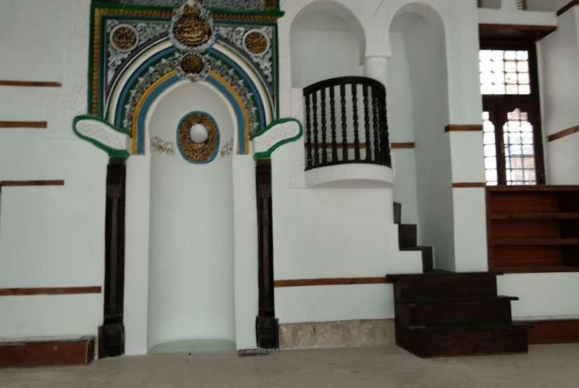 Penampakan ruang pengimanan Masjid Imam Syafi'i di Kota Tua Jeddah. Pada bagian mihrab masjid tersebut, ada ceruk yang menunjukkan level asli bangunan awal masjid yang diperkirakan berasal dari masa Khulifaurrashidin.