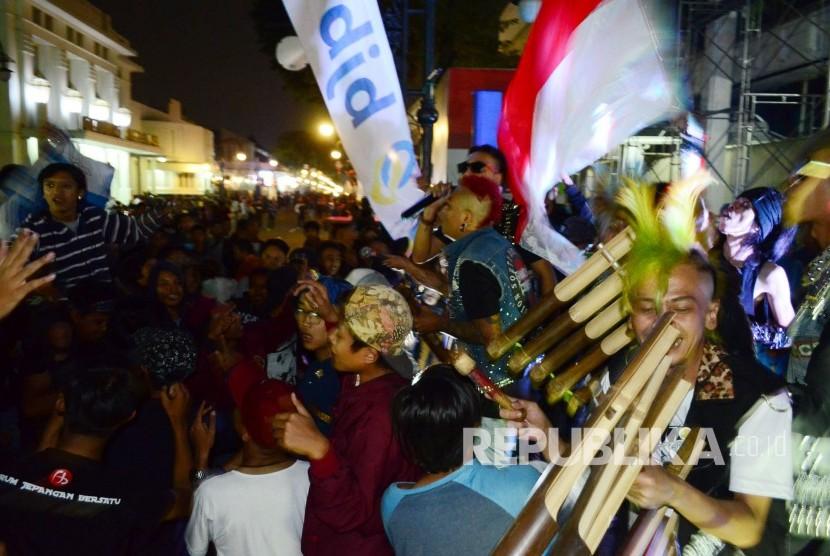 Penampilan calung ala anak-anak funk pada acara HUT ke-56 Bank BJB, di gedung pusat Bank BJB, Jl Asia Afrika, Kota Bandung, Sabtu (20/5).