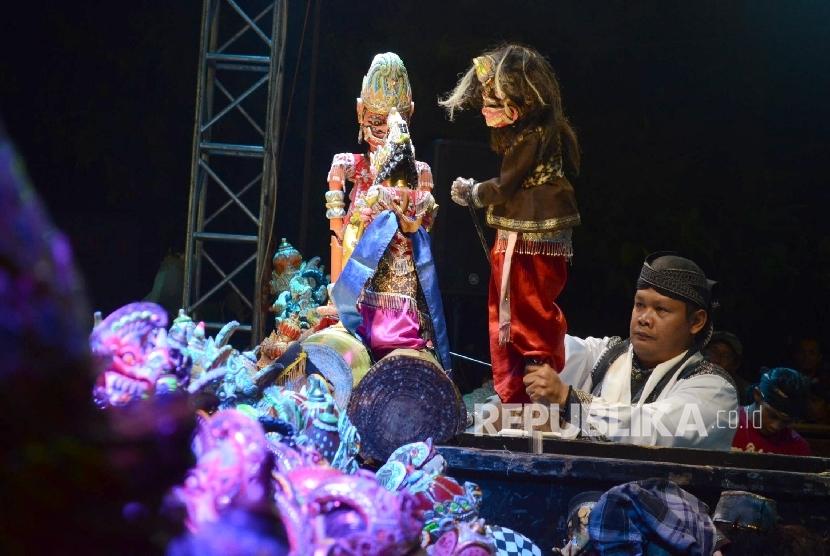 Penampilan dalang Dadan Sunandar Sunarya pada pagelaran wayang golek 'Semar Tandang' di Jalan Ir Sukarno, Kota Bandung, Senin (30/5) malam. (Republika/Edi Yusuf)