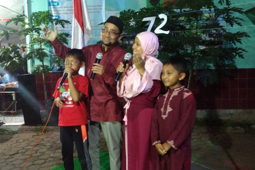 Penampilan Kang Abik beserta istri dan anak-anaknya dalam Lomba Karaoke Kemerdekaan di Kampung Candiwesi,  Kota Salatiga, Jawa Tengah, Sabtu malam (12/8).