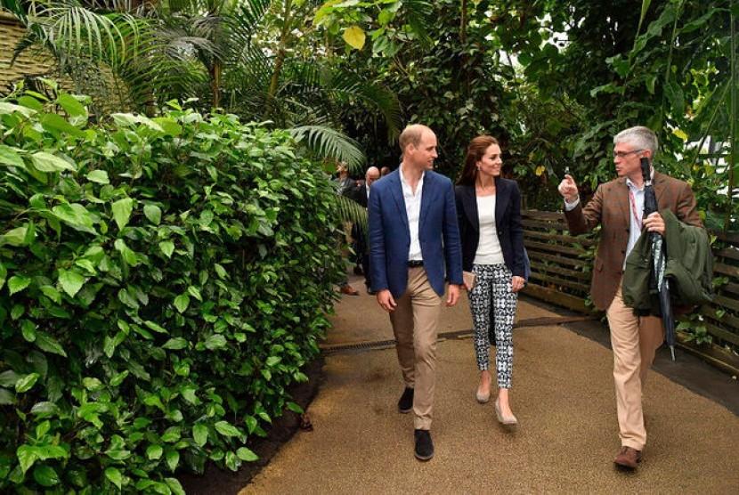 Penampilan Kate Middleton mengenakan celana panjang merek The Gap seharga 25 dolar AS atau sekitar Rp 328 ribu.