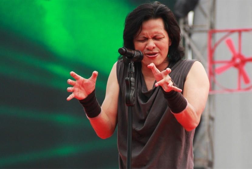 Penampilan vokalis GIGI band, Armand Maulana, di salah satu pertunjukan musik besar Indonesia.