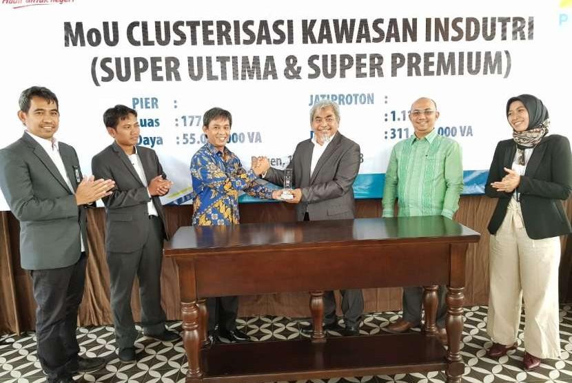 Penandatangan nota kesepahaman (MOU) dengan PT Surabaya Industri Estate Rungkut, PT Jatiproton Internasional Indonesia, serta PT Pilar Bahtera Energy di Tamandayu, Pasuruan pada Jumat (10/08).