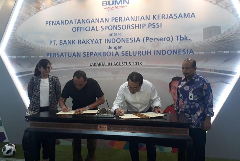 Penandatangan perjanjian kerjasama antara BRI dan PSSI, di kantor pusat BRI, Jakarta, Rabu (1/8). BRI menjadi sponsor PSSI. Yang menandatangani Ketum PSSI, Edy Rahmayadi (kiri), Dirut BRI, Suprajarto (Kanan).