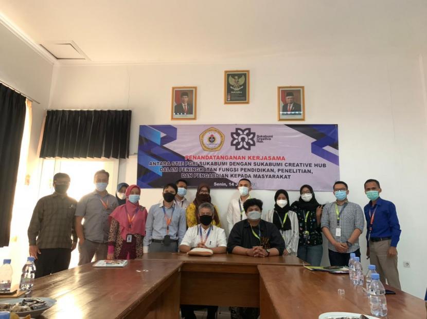 Penandatanganan kerjasama antara Sukabumi Creative Hub (SCH) dan STIE PGRI Sukabumi dalam memajukan ekonomi kreatif di Kota Sukabumi, Senin (14/6) lalu.