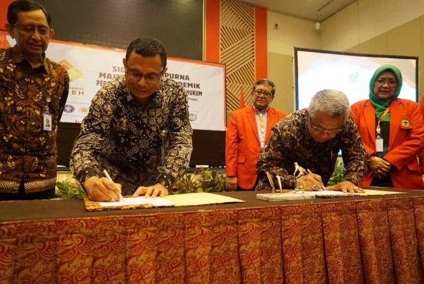 Penandatanganan Letter of Intense (LoI) antara Majelis Senat Akademik Perguruan Tinggi Negeri Berbadan Hukum (MSA PTNBH) dengan Bio Farma, dilaksanakan pada hari Sabtu 22 Juni 2019, di Makassar. LoI ini, ditandatangani oleh Direktur Utama Bio Farma (ketiga dari kiri), M.Rahman Roestan, dengan Ketua MSA PTNBH (keempat dari Kanan) Prof. Ir. Priyo. Suprobo, MS., Ph.D.