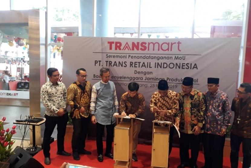 Penandatanganan MOU antara PT Trans Retail Indonesia (Transmart Padang) dengan Badan Penyelenggara Jaminan Produk Halal untuk sertifikasi halal, di Gedung Transmart Padang, Sabtu (25/5).
