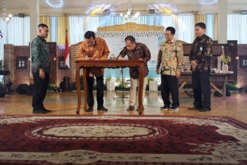 Penandatanganan nota kesepahaman antara Pemda DIY dan Badan  Layanan Umum Pusat Investasi Pemerintah (BLUPIP) di Pendopo Bangsal  Kepatihan Yogyakarta, Kamis (27/6).
