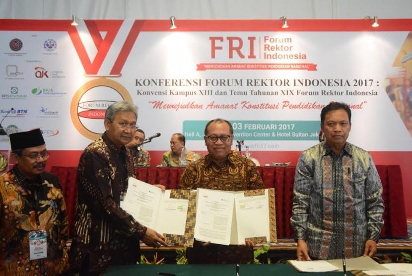 Penandatanganan nota kesepahaman BPJS Ketenagakerjaan dengan Forum Rektor Indonesia.