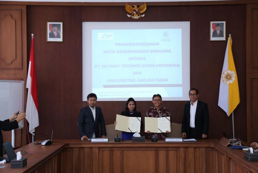 Penandatanganan nota kesepahaman Universitas Gadjah Mada dan SkyWay Technological Indonesia di Kantor Pusat UGM, Senin (19/2).