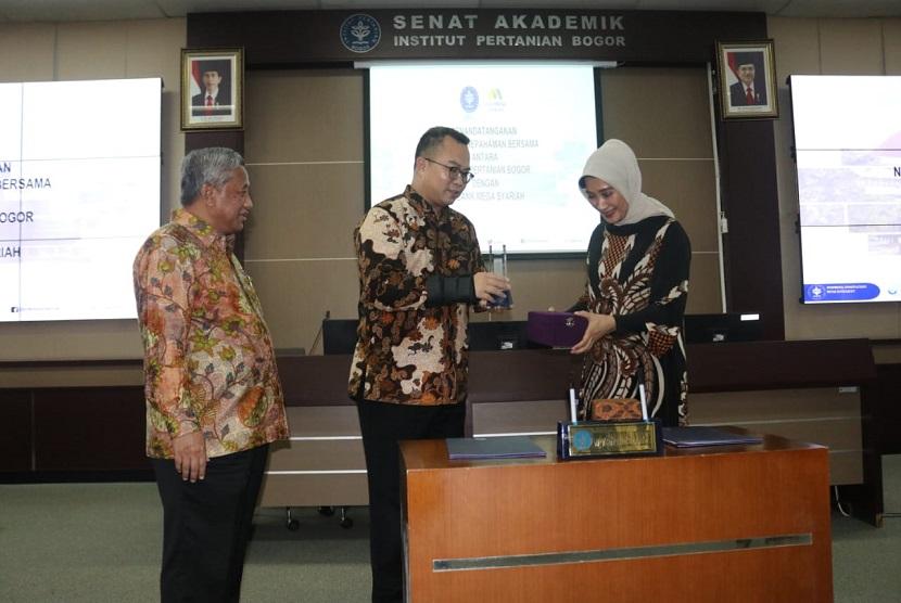 penandatanganan Nota Kesepahaman yang dilakukan Direktur Utama Bank Mega Syariah Emmy Haryanti (kanan) dan Dr Arif Satria, SP, MSi. selaku Rektor IPB (tengah) yang turut dihadiri oleh Prof Mohammad Nuh selaku Komisaris Utama Bank Mega Syariah.