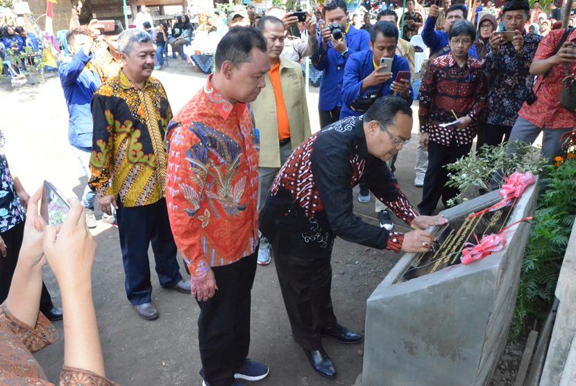 Penandatanganan nota kesepakatan Universitas Negeri Yogyakarta dan  Pemkab Magelang di Kampung Wisata Air Blaburan.