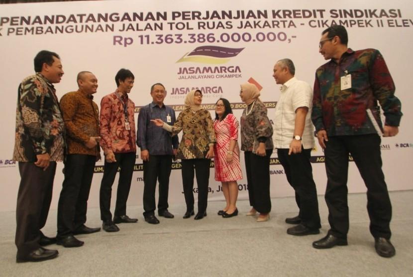 Penandatanganan Perjanjian Kredit antara Direktur Utama PT Jasamarga Jalanlayang Cikampek Djoko Dwijono dengan Pemimpin Divisi BUMN & Institusi Pemerintah (BIN) BNI AAG Agung Dharmawan serta Jajaran Pemimpin Bank Peserta Sindikasi di Jakarta, Selasa (31/7).