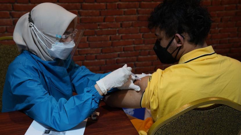 penanganan pandemi Covid-19 lewat vaksinasi ini adalah kunci keberhasilan Indonesia untuk keluar dari daftar negara dengan kasus postitivity rate atau angka penularan Covid-19 tertinggi di Asia saat ini.