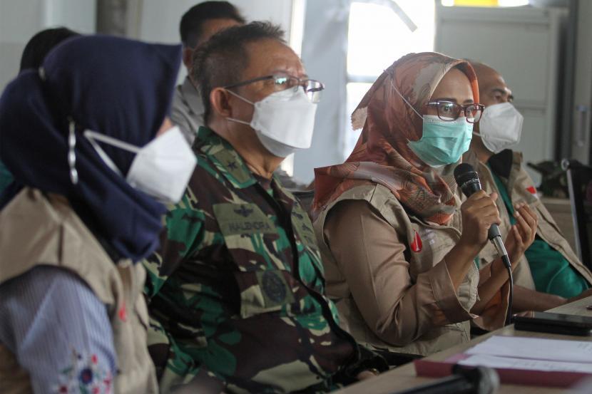 Penanggung Jawab Rumah Sakit Lapangan Indrapura (RSLI) Laksamana Pertama TNI I Dewa Gede Nalendra Djaya Iswara (kedua kiri),
