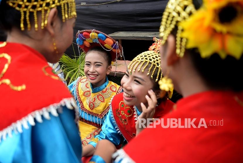 Penari bersap membawakan tarian betawi saat memerihakan festival Condet, Jakarta, Sabtu(29/7).