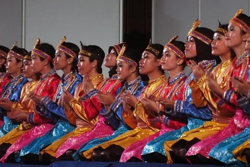 Penari dari Paduan Suara Mahasiswa (PSM) Universitas Padjadjaran (Unpad) membawakan tarian Saman pada acara Pre-Competition Concert di Graha Sanusi Unpad, Bandung, Jawa Barat, Selasa (3/4) malam.
