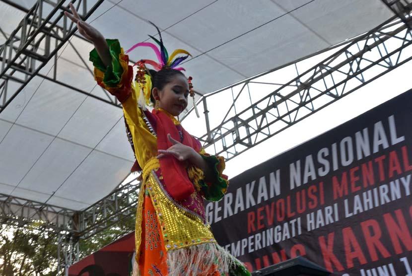 Penari membawakan tarian Jaipong saat Gerakan Nasional Revolusi Mental di Taman Menteng, Jakarta, Jumat (6/6)