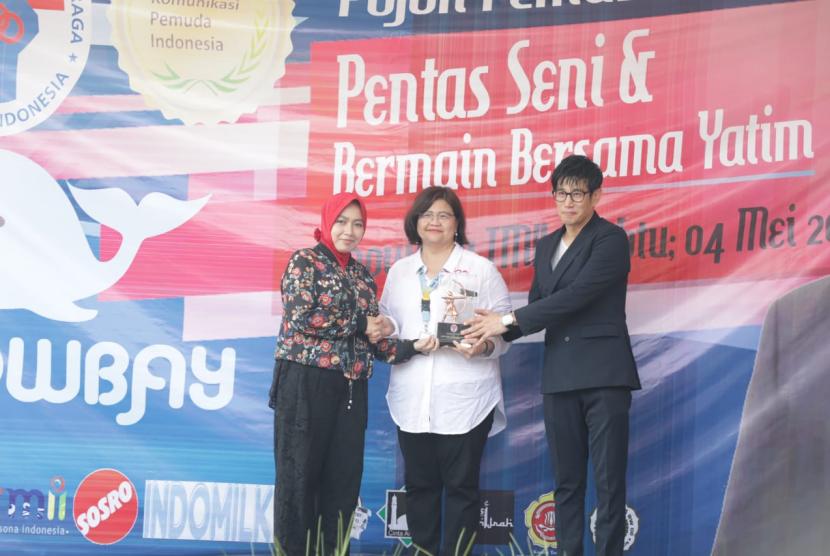 Penasihat Dharma Wanita Persatuan (DWP) Kemenpora, Shobibah Rohmah menghadiri acara pentas seni dan bermain bersama anak yatim di Snowbay Taman Mini Indonesia Indah (TMII), Jakarta, Sabtu (4/5).