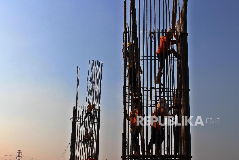 Pencapanan Target. Pekerja meneyelesaikan pembangunan proyek Infrastruktur di Jakarta. Jumat (29/9).