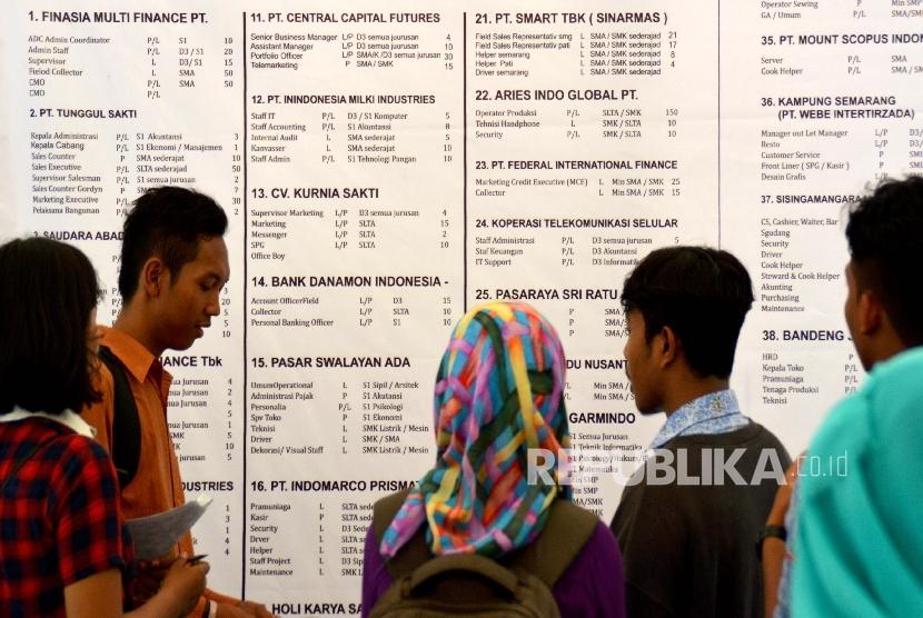 Pencari kerja melihat pengumuman lowongan pekerjaan dari berbagai perusahaan saat bursa kerja di Semarang, Jateng, Kamis (3/12).