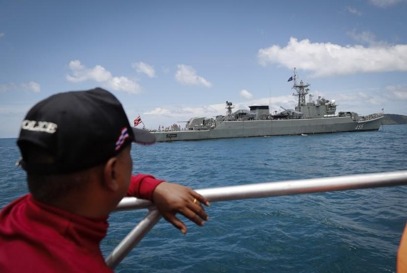 Pencarian korban kapal tenggelam di lepas pantai Phuket di Thailand Selatan, Sabtu (7/7).
