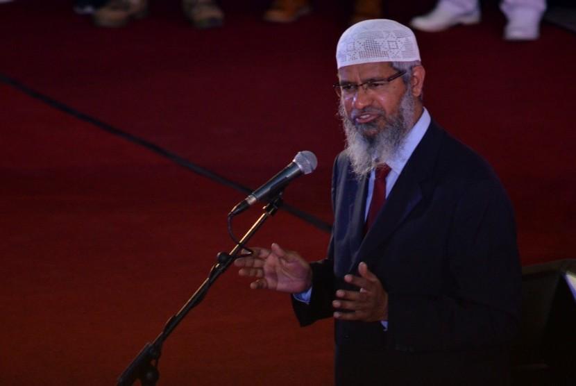 Penceramah asal India, Zakir Naik berceramah di hadapan ribuan peserta dan tokoh lintas agama di Baruga AP Pettarani, Universitas Hasanuddin, Makassar, Sulawesi Selatan, Senin (10/4).