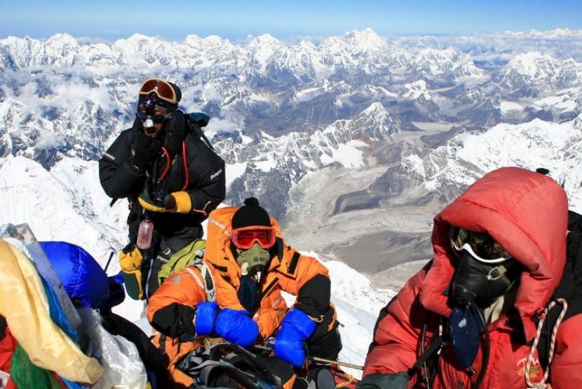 Pendaki berfoto saat mencapai puncak Gunung Everest. Pemerintah Nepal mengeluarkan aturan memperketat izin mendaki ke puncak Everest setelah muncul kasus Covid-19 di base camp Everest akhir April 2021.
