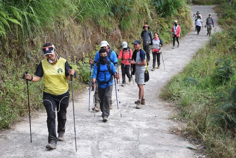 Pendaki Gunung Rinjani yang sempat terjebak longsor akibat gempa bumi tiba di Pos Bawaknao, Sembalun, Lombok Timur, NTB.
