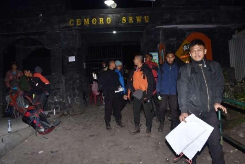 Pendaki menuruni jalur pendakian Cemoro Sewu ketika menjauhi kawasan puncak Gunung Lawu yang terbakar di Magetan, Jawa Timur, Jumat (17/8) dini hari.