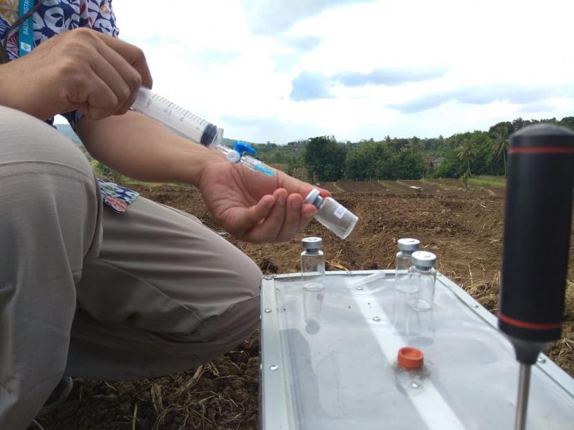 Pendekatan adaptasi dan mitigasi dampak perubahan iklim, pengukuran konsentrasi Gas Rumah Kaca (GRK) berupa pengukuran nitrogen oksida (N20) dan Carbon dioksida (CO2) dilakukan pada tanaman bawang merah.
