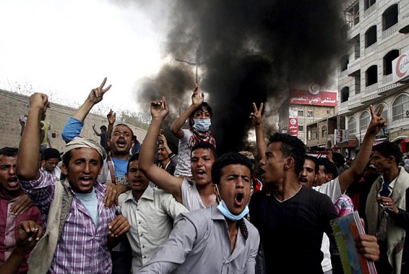 Pendemo menentang gerakan Houthi yang menguasai Yaman.