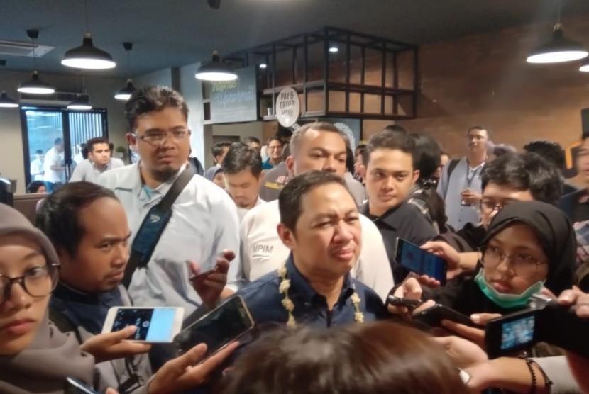 Pendiri Garbi (Gerakan arah baru Indonesia), Anis Matta memberikan keterangan kepada awak media di sebuah restoran di daerah Menteng, Jakarta Pusat, Ahad (14/7).