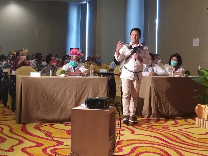 Pendiri Gerakan Sekolah Menyenangkan (GSM), Muhammad Nur Rizal, saat mengisi Workshop Penguatan Kapabilitas Kepala Sekolah SMK di Provinsi Papua dan Papua Barat 2021 melalui Penguatan Ekosistem SMK Melalui Gerakan Sekolah Menyenangkan dan Pengembangan Kemitraan Strategis dengan Dunia Kerja di Sorong, Papua Barat, Senin (21/3).