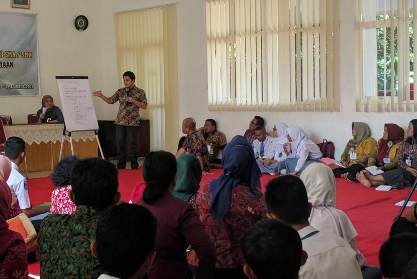 Pendiri Gerakan Sekolah Menyenangkan, Muhammad Nur Rizal (berdiri) kala mengisi workshop GSM di SMKN 11, Semarang, Selasa (13/8) siang.