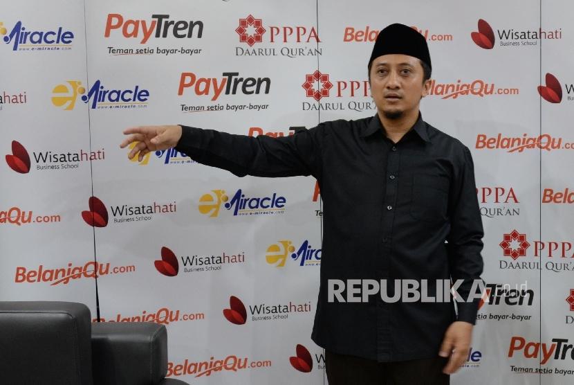 Pendiri Pondok Pesantren Darul Qur'an, Ustaz Yusuf Mansur, menyosialisasikan Paytren di ruang VIP Masjid Istiqlal, Jakarta, Ahad (27/3). (Republika/Yasin Habibi)