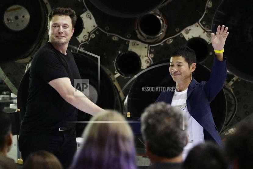 Pendiri SpaceX Elon Musk menjabat tangan Yusaku Maezawa.
