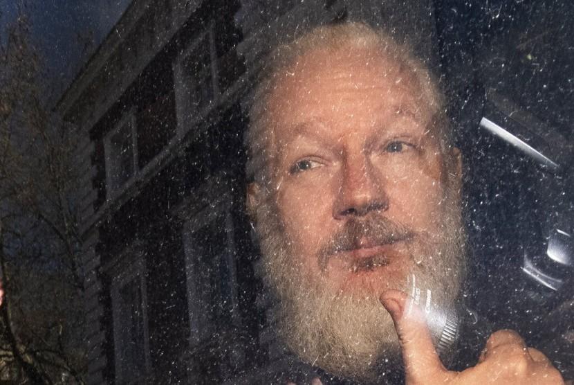 Pendiri Wikileaks tiba di Westminster Magistrates' Court di London, Inggris setelah ditahan Metropolitan Police, Kamis (11/4).