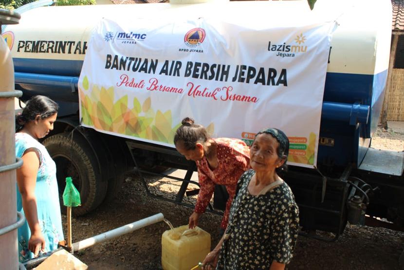 Pendistribusian air bersih dari MDMC di desa-desa terdampak  kekeringan di Jawa Tengah.