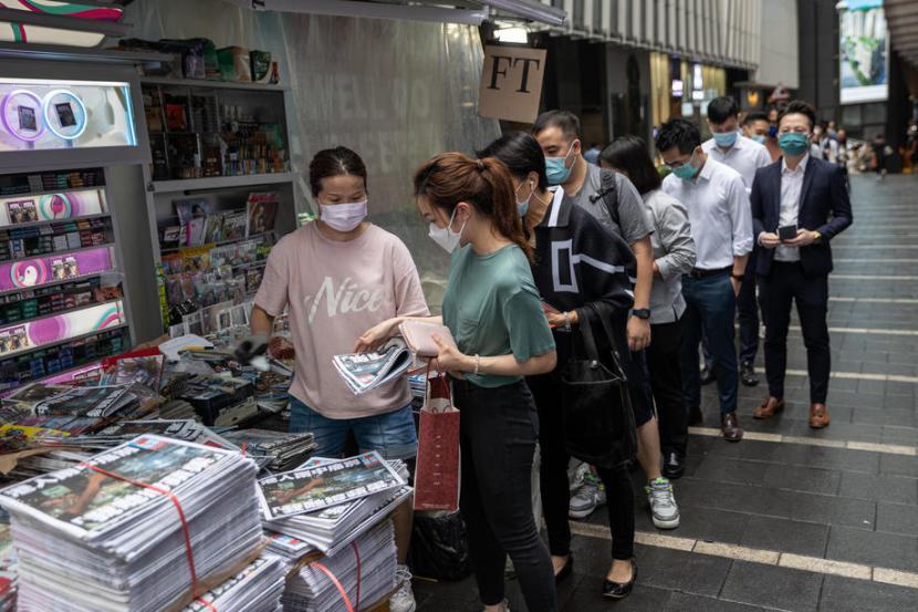 Penduduk Hong Kong antre pada Kamis (24/6) mengambil salinan edisi terakhir surat kabar pro-demokrasi Apple Daily.