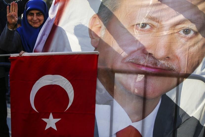 Pendukung AK Party yang dipimpin Presiden Turki Recep Tayyip Erdogan di luar markas partai di Istanbul, Senin (1/4). Partai Erdogan unggul di pemilihan lokal.