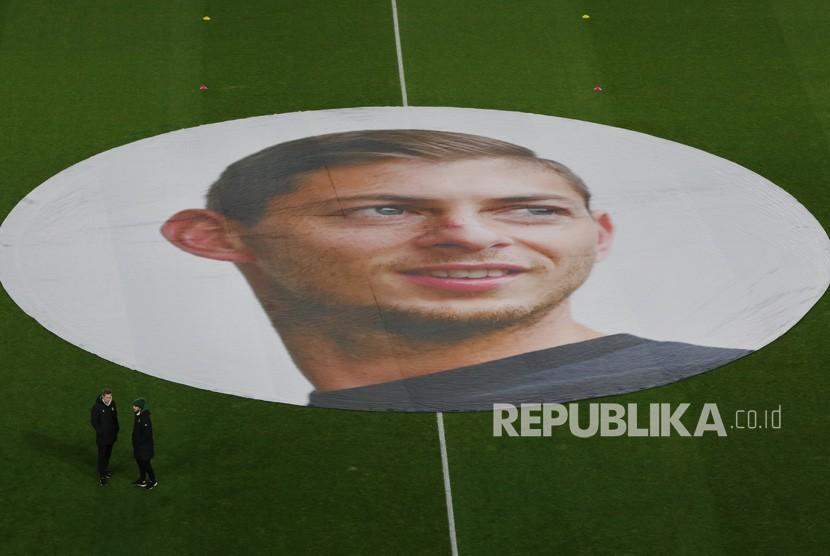 Pendukung FC Nantes memajang spanduk besar yang menggambarkan  Emiliano Sala, yang hilang pada 21 Januari 2019 setelah sebuah pesawat terbang ringan yang ia tumpangi dari Nantes ke Cardiff menghilang di Selat Inggris
