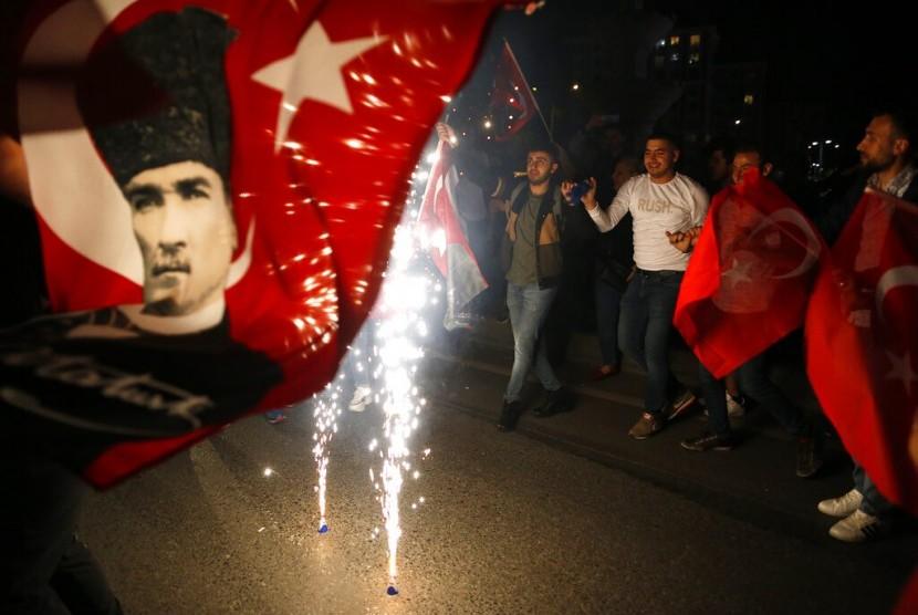 Pendukung kandidat wali kota Istanbul dari partai oposisi Turki Republican People's Party's (CHP), Ekrem Imamoglu, memegang bendera Turki di Istanbul, Senin (6/5).