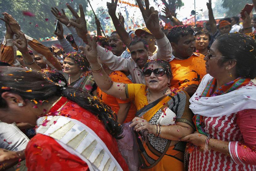 Pendukung Partai BJP (Bharatiya Janata Party). Seorang pria pendukung Bahujan Samaj Party memotong jarinya karena keliru menjatuhkan pilihan ke partai lain, BJP,  dalam Pemilu 2019.